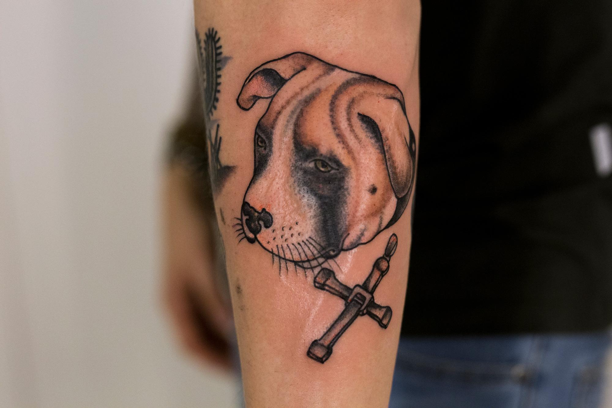 Fabulous Stephan zet tatoeage met luisteraar - Qmusic @OY34